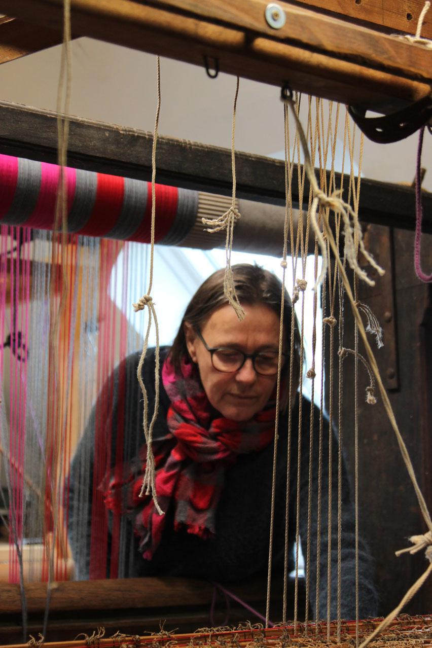 Christel Heimbucher an ihrem Webstuhl in Hatten