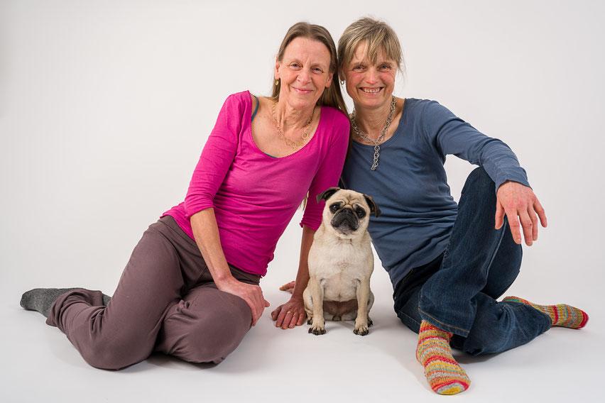 (Noch) mopsfidel sind Sabine Rasper, Luzie und Sabine Kratzer