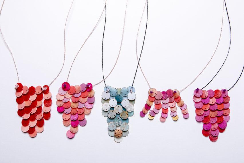Verschiedene Amulette mit Perlen