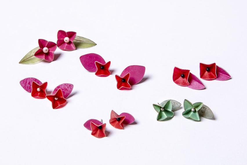 Blütenohrstecker aus Pergament mit Perlen