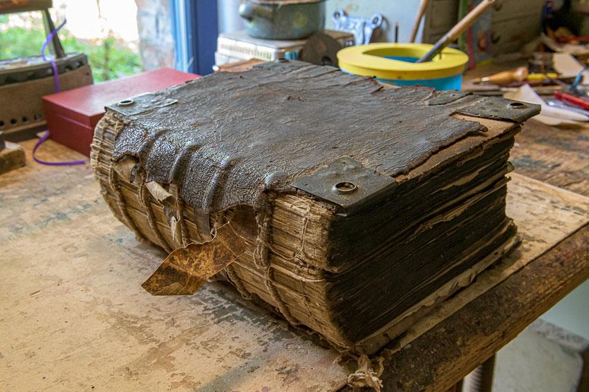 Luther Bibel Restaurierung Schließen Schonerecken