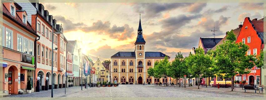 Pfaffenhofen an der Ilm, Hauptplatz mit dem Rathaus und Geschäftshäusern