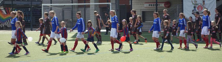 Erstmals begleiteten Einlaufkinder die Spielerinnen aufs Feld.
