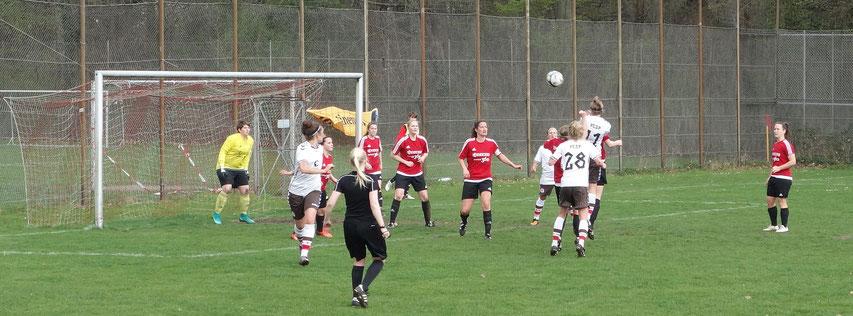 Ann-Sophie Greifenberg steigt höher als der Rest, kann den Ball aber nicht drücken.