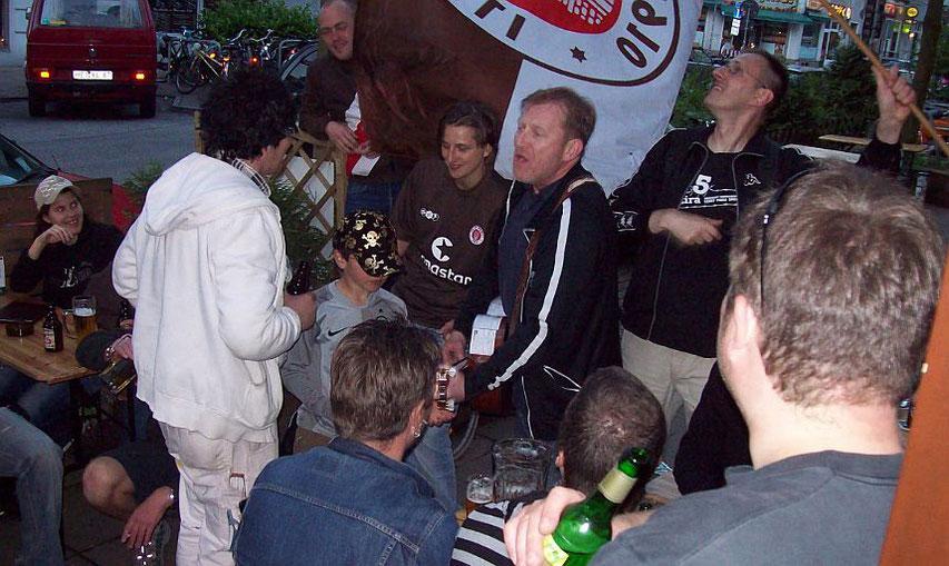 Aufstiegsfeier in die Landesliga: Fans mit Torjägerin