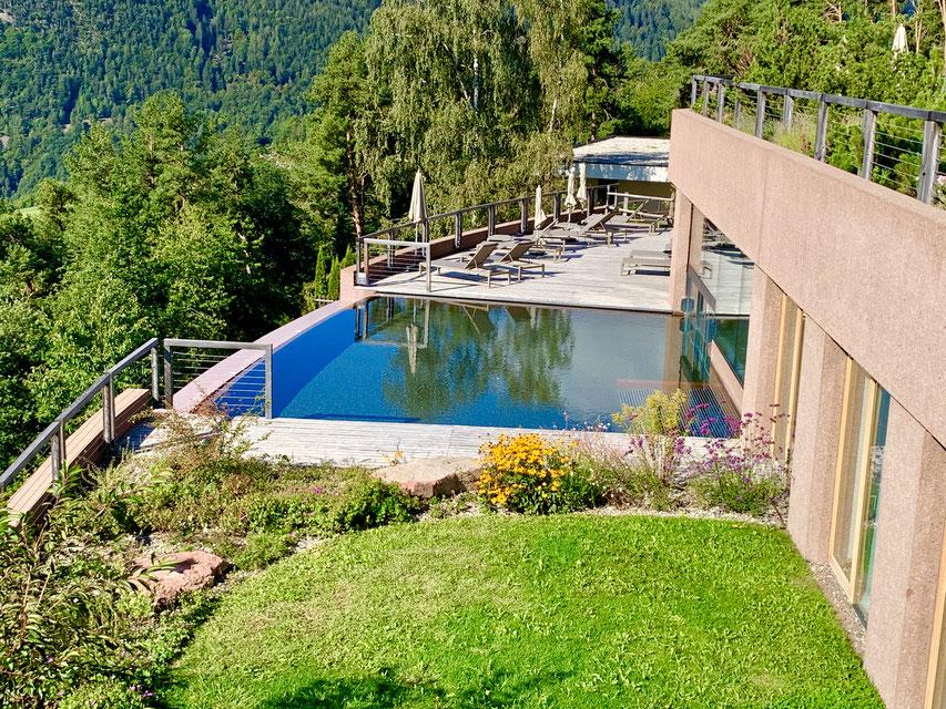 Blick auf den Infinity-Pool des Hotel Belvedere, Jenesien