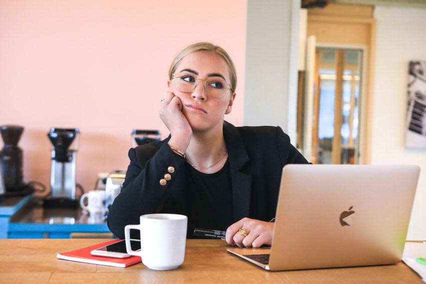 frustrierte Mitarbeiterin vor MacBook, Quelle www.unsplash.com