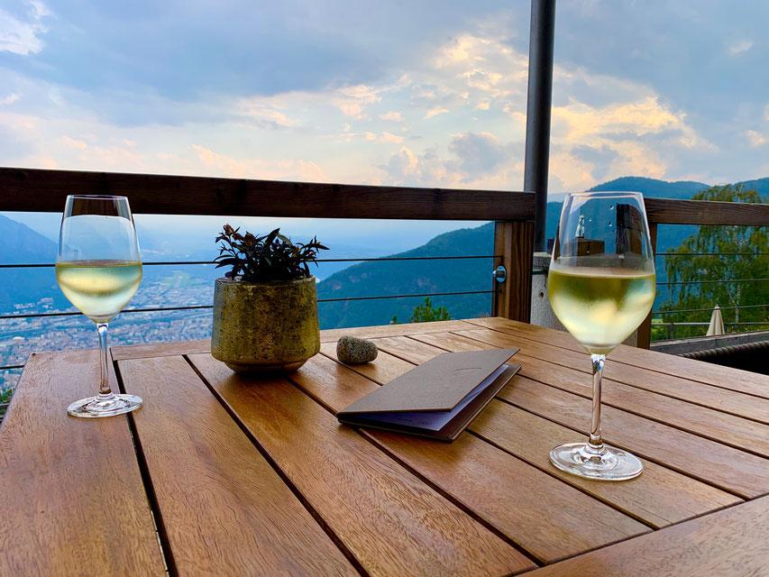 Blick auf Bozen von der Terrasse des Hotel Belvedere Jenesien bei Tag