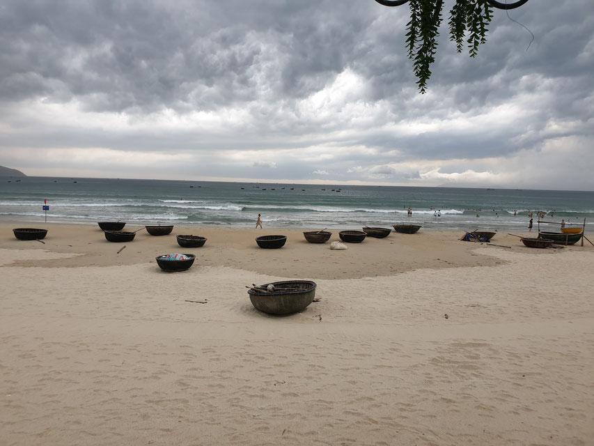 Typische runde Boote am Strand von Da Nang