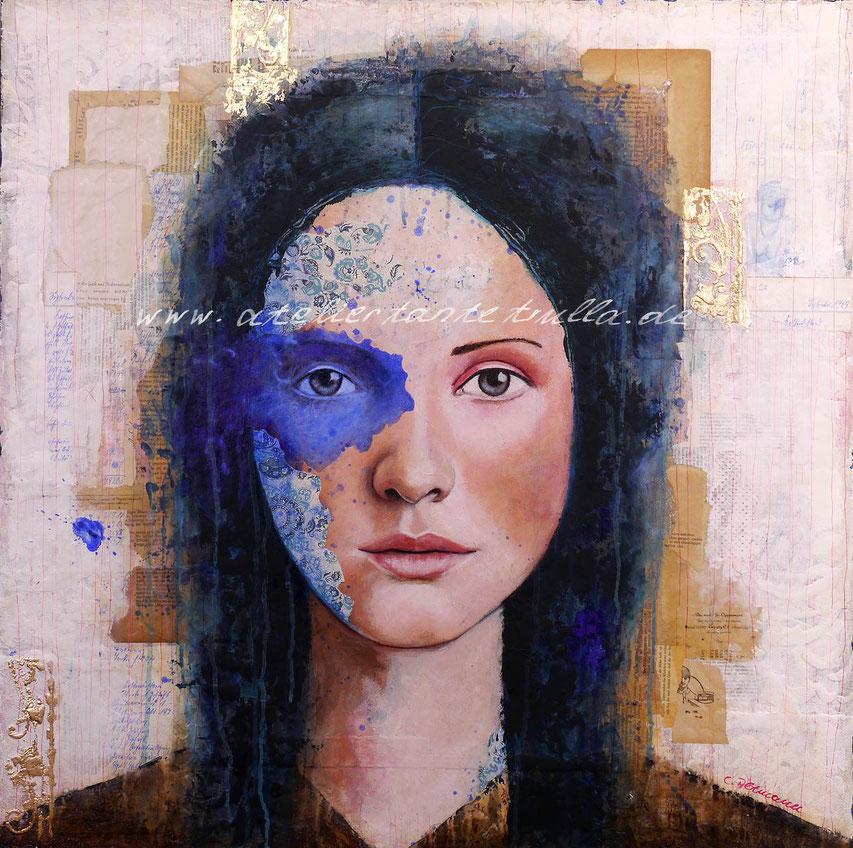 abstraktes blaues Gemaelde Gesicht Frau mit vielen Collageelementen und Blattgold
