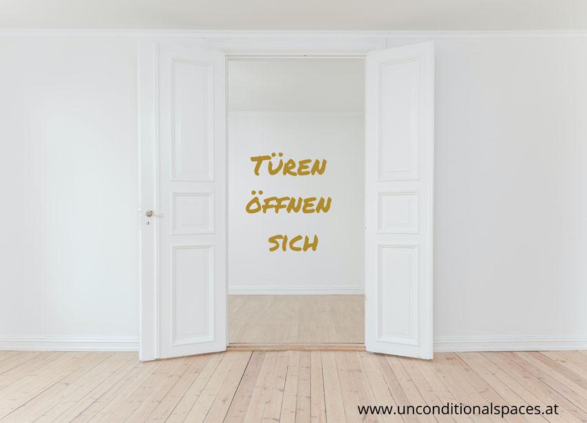 Eine geöffnete, weiße Tür lädt zum Neubeginn ein