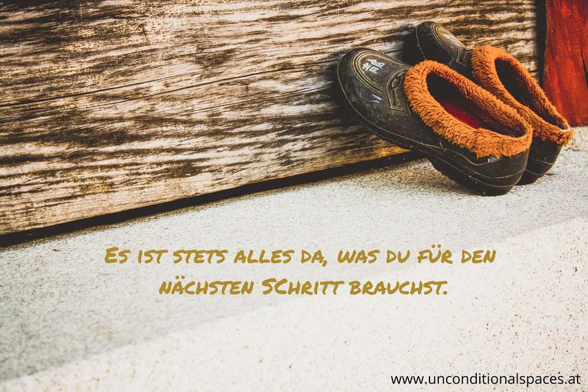 Schuhe lehnen an einem Holzbrett und sagen aus, dass stets alles da ist, was du für den nächsten Schritt brauchst.
