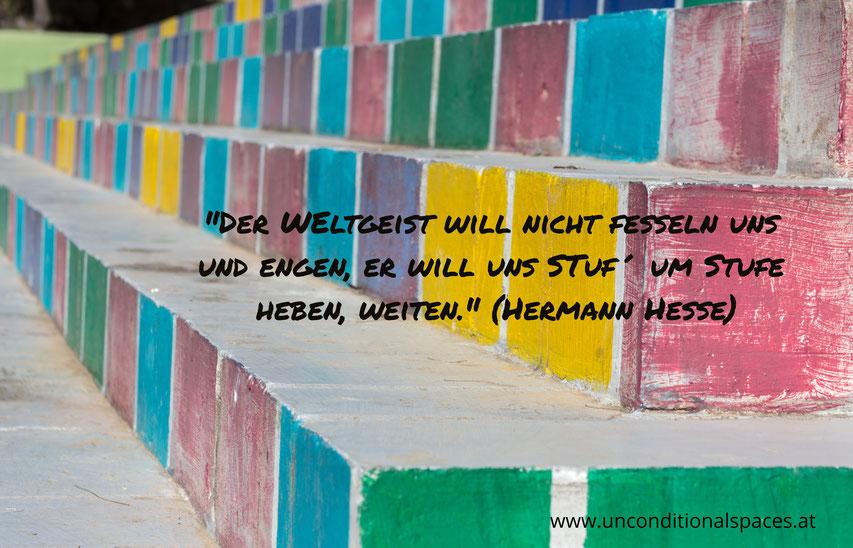 Bunte Stufen beschreiben des Gedicht von Hermann Hesse, der Weltgeist will nicht fesseln uns und engen, er will uns Stuf´ um Stufe heben, weiten.
