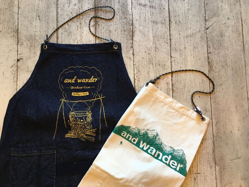 and wander(アンドワンダー)printed canvas&denim apron 各¥7,000(+TAX)
