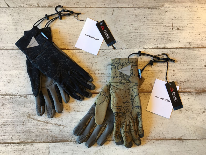 and wander(アンドワンダー) polartec gloves 各¥12,960(税込)