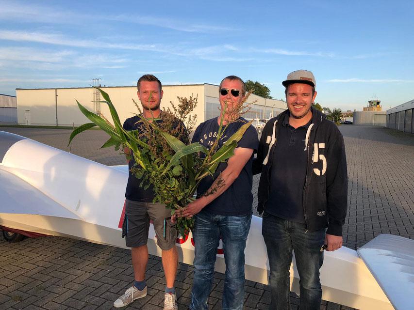 Josef (mitte) mit seinen Fluglehrern Mathias (links) und Max (rechts)