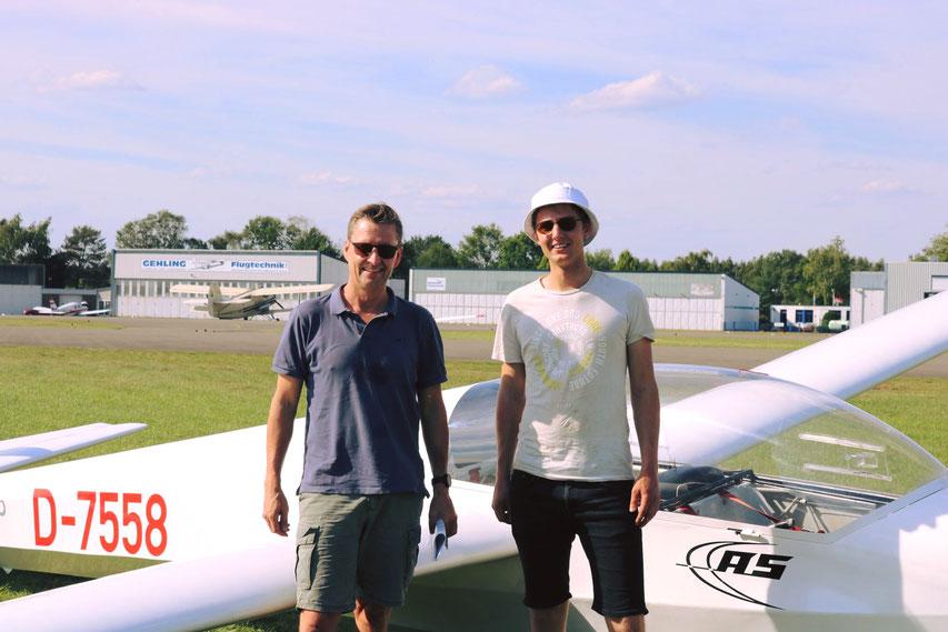 Pascal (rechts) mit Prüfer Jens Heinemann