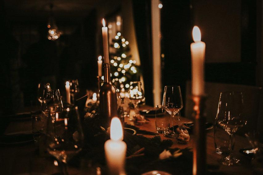 Ein Tisch ist feierlich geschmückt.