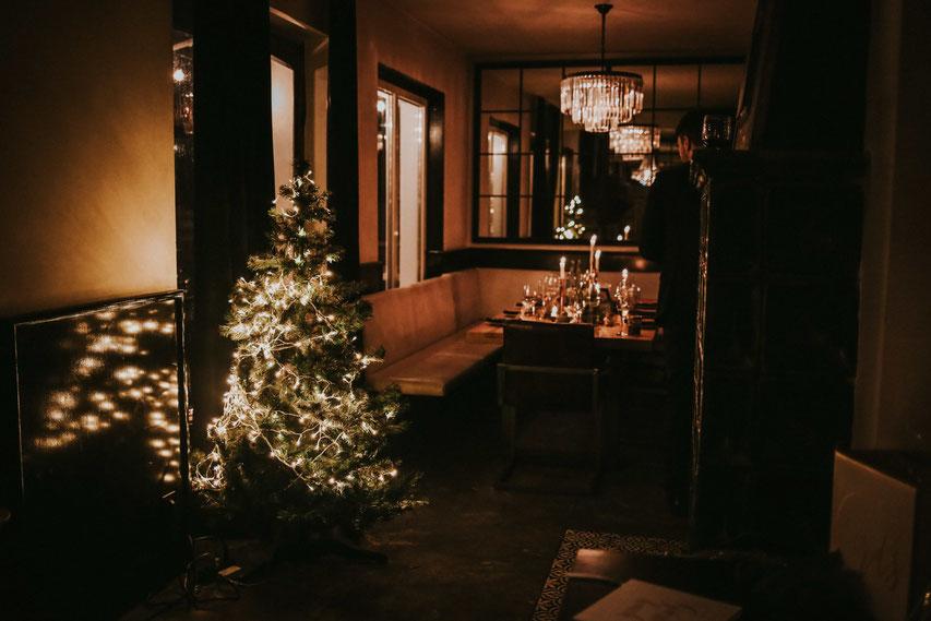Ein Weihnachtsbaum steht in einem Gast.