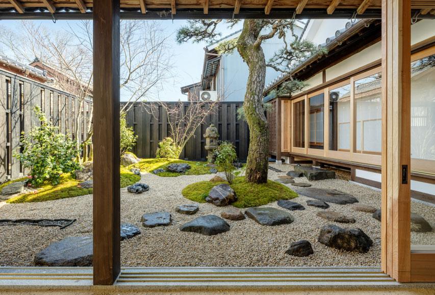 通り土間から中庭が見えます