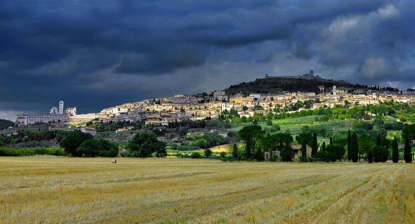 Die Stadt Assisi kurz vor einem heftigen Gewitter