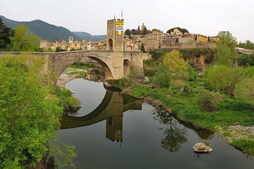 Besalu - auch hier der nahezu allgegenwärtige Protest-Hinweis auf ein unabhängiges Katalonien!