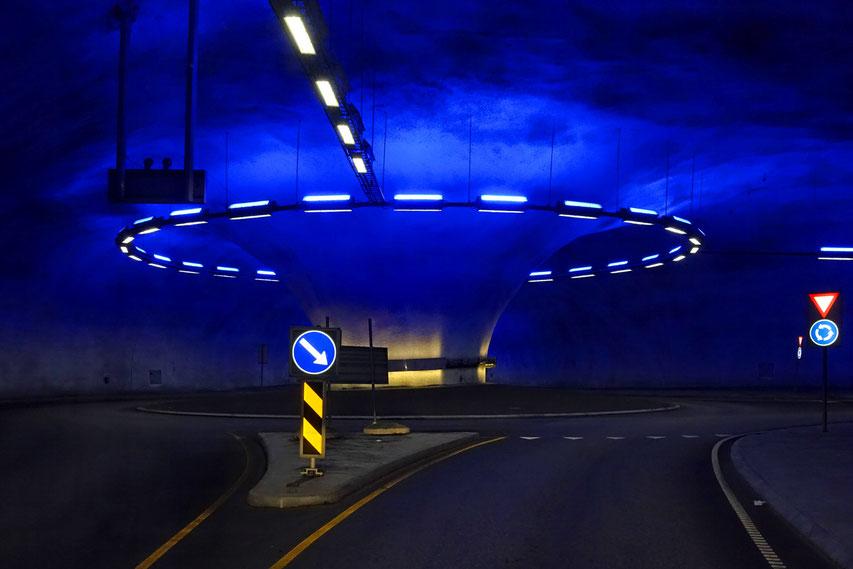 Nach 5 km Fahrt durch einen dunklen Tunnel sehen wir das: Ein beleuchteter Kreisverkehr mitten im Berg!  (A)