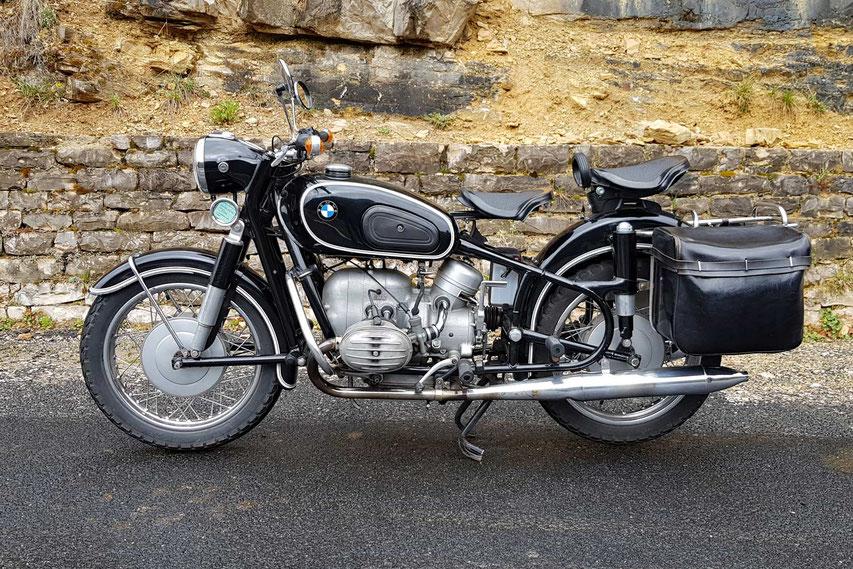 Fahrer, Sozia (beide leider kamerascheu) und Motorrad sind zusammen bestimmt über 200 Jahre alt gewesen