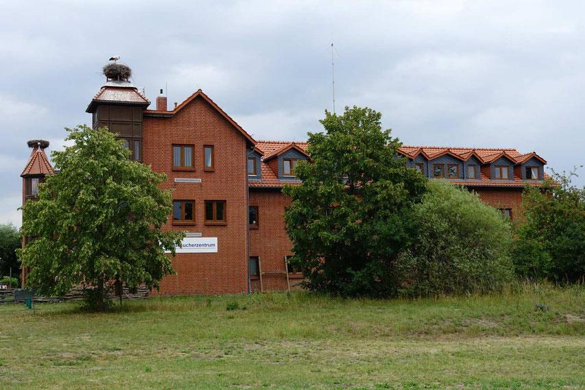 Das NABU Besucherzentrum: Gute Storchen-Information. Übernachtungsmöglichkeit mit WC für Wohnmobilfahrer auf dem Parkplatz!