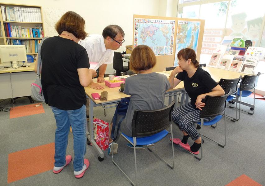教室でお菓子を食べながら、生徒さんの台湾旅行の写真を見ているところ
