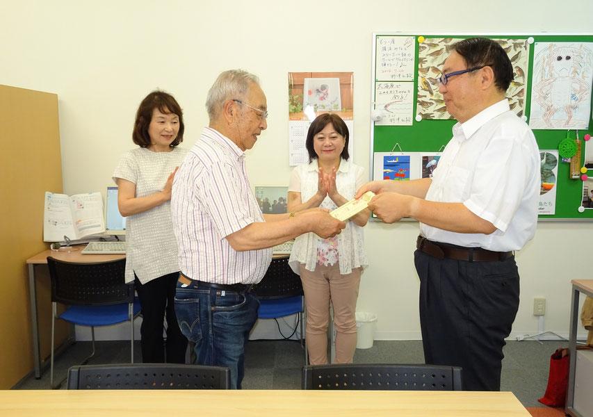 たまたま同じコマで授業を受ける生徒さんたちの前で、先生から修了証を授与される生徒さん