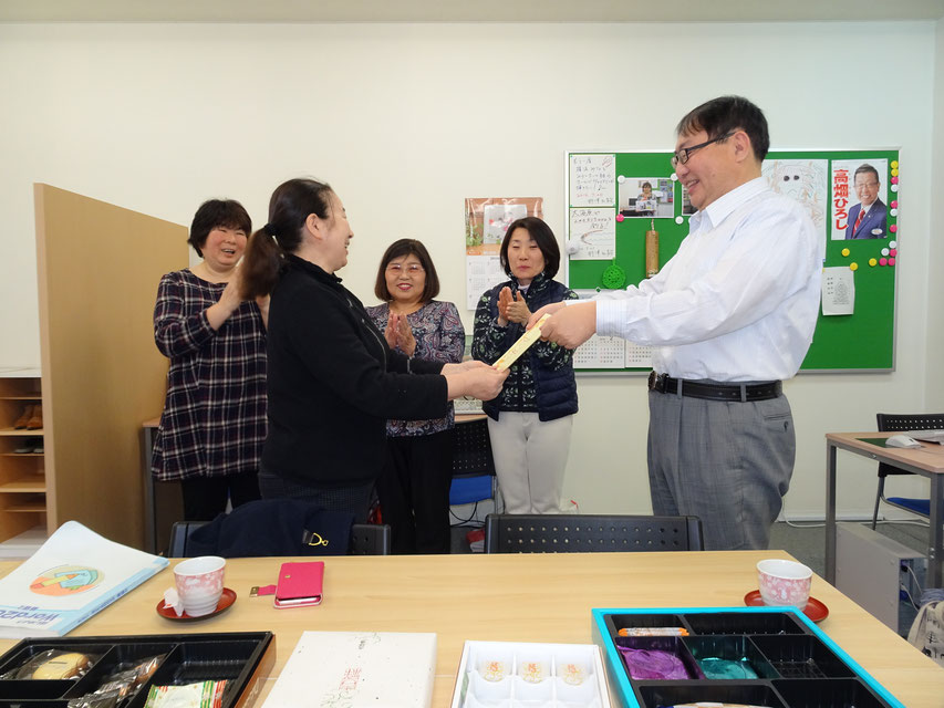 ふじみ野パソコン教室代表より、他の生徒の前でExcel入門修了証を授与される生徒