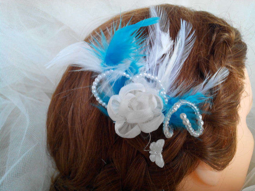 Pic, épingle à chignon, fleur, papillon, perles et plumes, tons turquoise et blanc