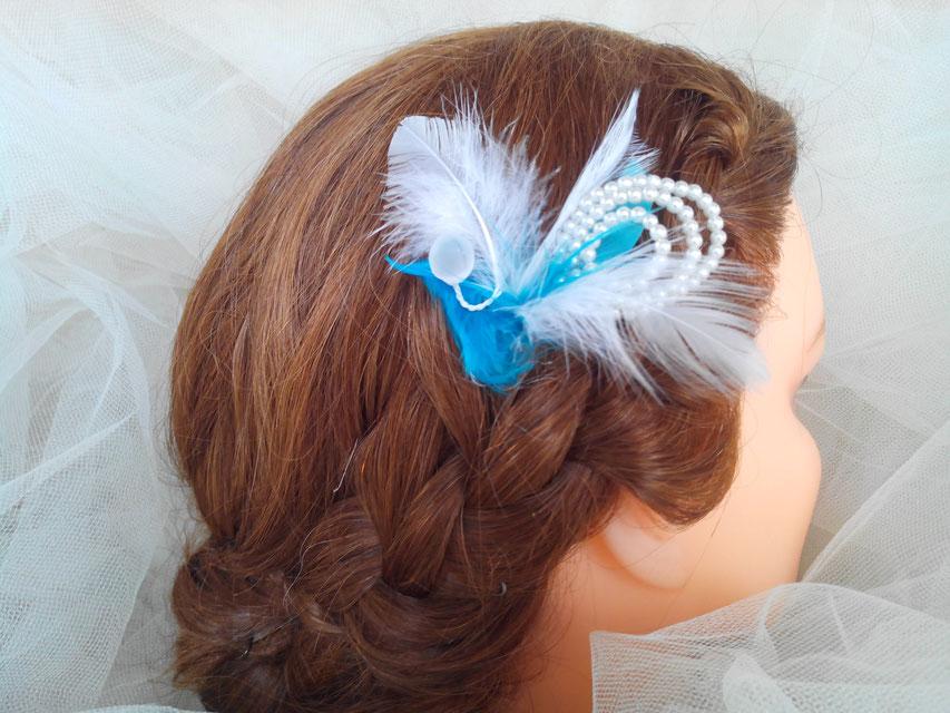 Pic, épingle à chignon, plumes et perles, tons turquoise et blanc