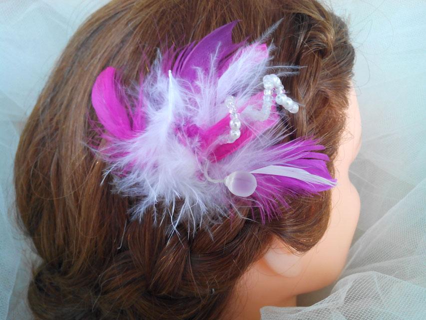 Pic, épingle, perles et plumes, tons rose fuchsia, blanc
