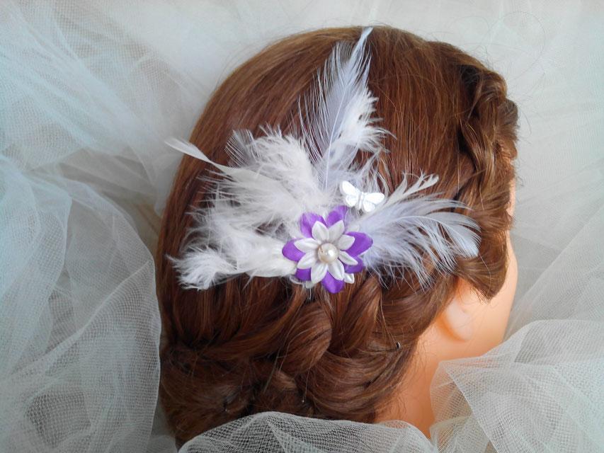 Pic fleur, papillon et plumes, tons mauve et blanc