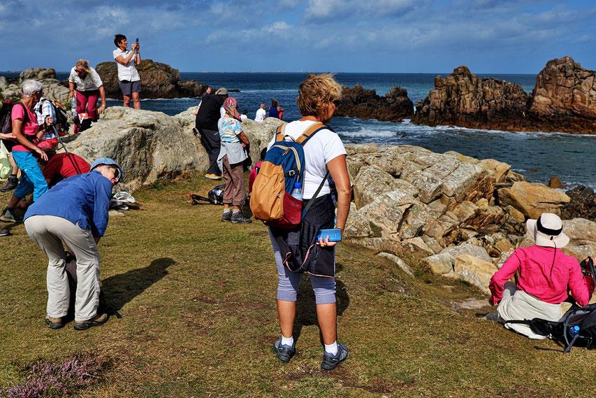 Mathieu Guillochon, photographe, rivages, couleurs, mer, côtes d'armor, bretagne, île de Bréhat, randonneurs, pause, rose, bleu, touristes