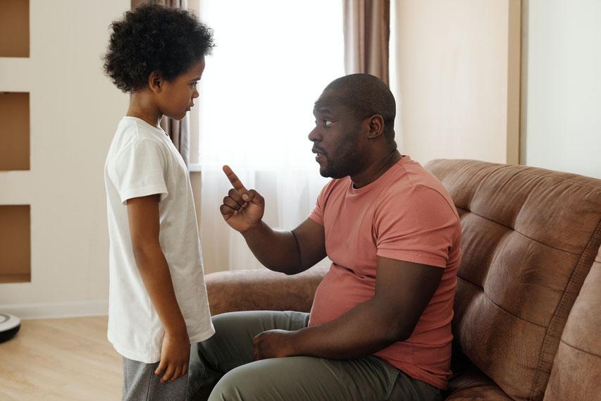 Kind war wütend, hat den Vater angemeckert und geschrien, war unausstehlich. Vater erklärt seinen Sohn, dass es so nicht geht