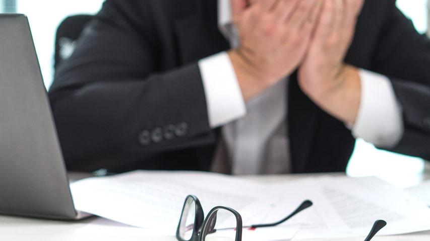 Geschäftsmann schaut in die Ferne und sehnt sich nach seiner Berufung