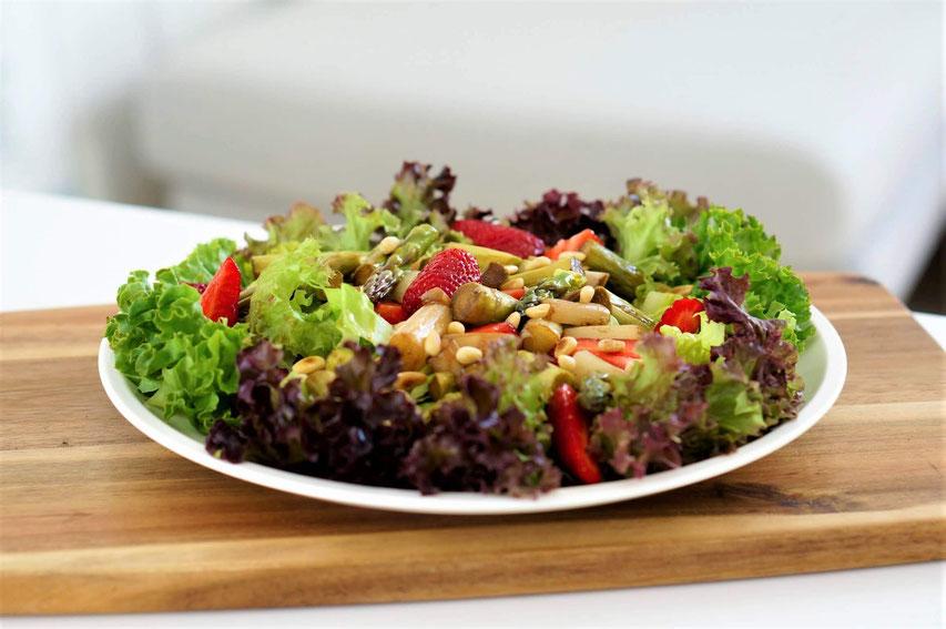 Fruchtiger Spargelsalat mit Erdbeeren | clean, low carb & vegetarisch