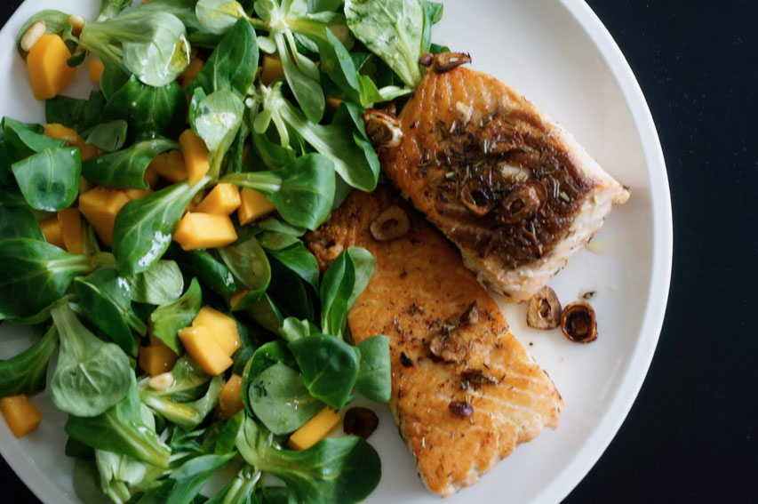 Feldsalat mit Mangotopping und Lachs | clean, vegetarisch & schnell zubereitet