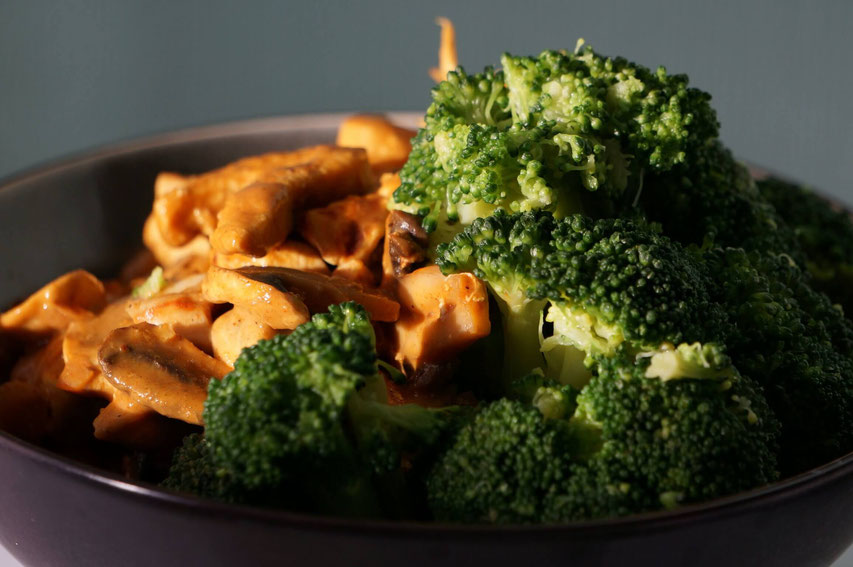 Curry-Huhn mit Champignons & Brokkoli | low carb & clean