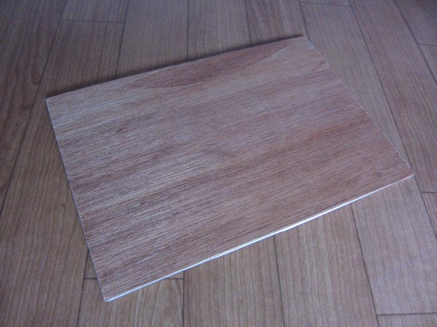 クッションフロアシートの裏側に板材を貼り付けています。