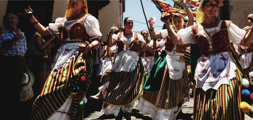 strahlend friedliche, tanzende Menschen, Romeria, Casa Madera