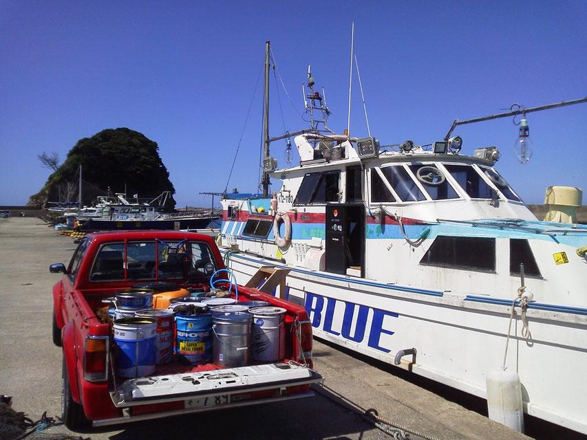 20L×6と廃油用6でトラックは缶満載。向こうにはリッチな有名遊漁船が並ぶ