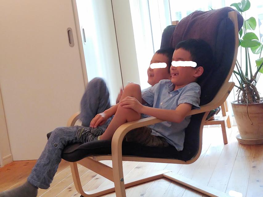ひとつの椅子にギューギューにすわるボクたち