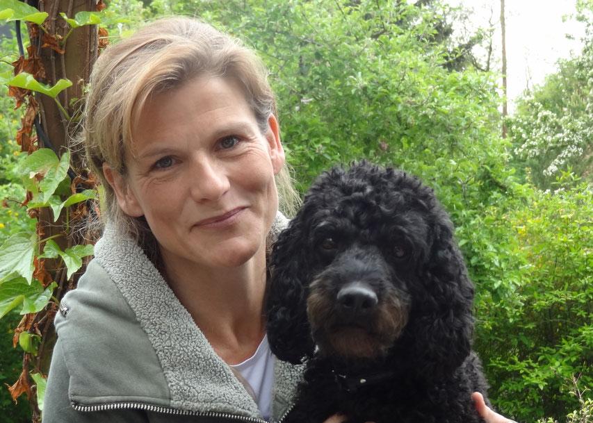 Hundetrainerin Christina Richert mit Pudel Oki