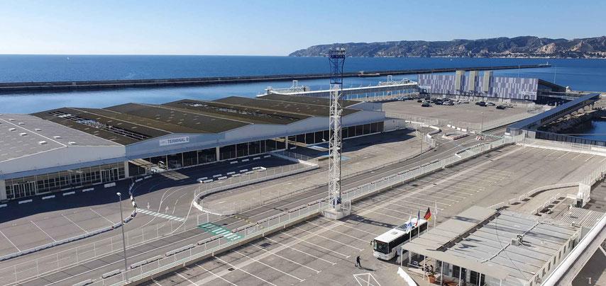 Shuttle-Bus der Reederei und Hafengebäude am Terminal E (Aufnahme: 2020)