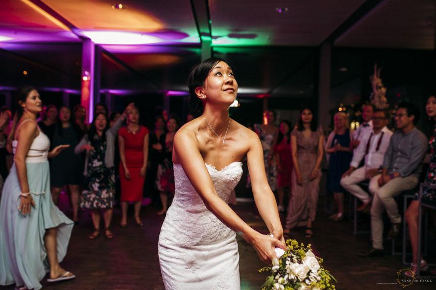 Foto Brautstrauß-Wurf von Fotografin Anne Hufnagl bei einer Hochzeit in Hamburg