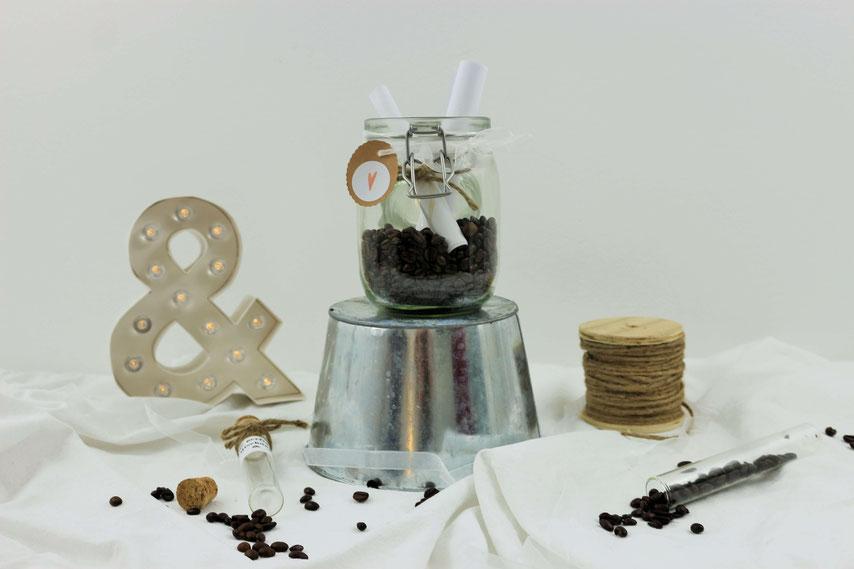 Das Trauritual mit der Zeitkapsel und den Eheversprechen, Eheversprechen und Kaffeebohnen in ein Glas schütten